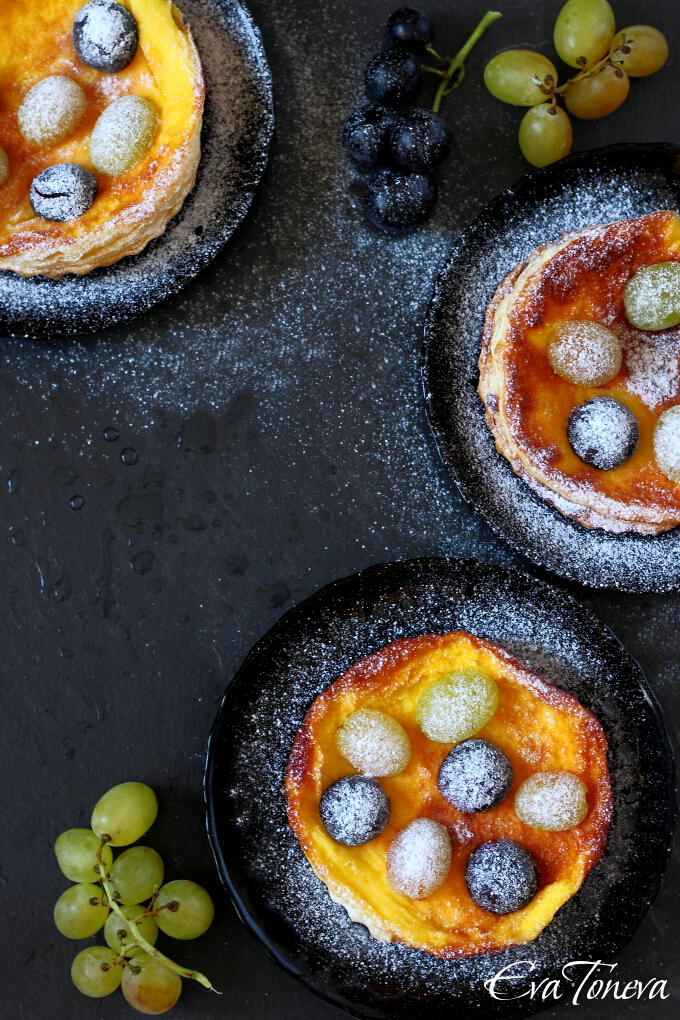 Puff pas tartelettes with fresh grapes